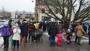 Ett hundratal hade samlats till fredsdemonstration i Nickby.