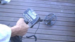 hand håller i metalldetektor