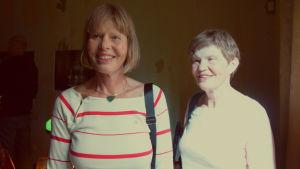 Två äldre kvinnor som ler.