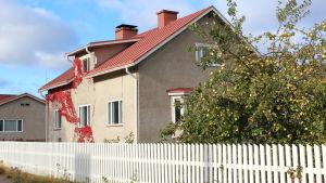 Hus i Lovisa med äppelträd på gården