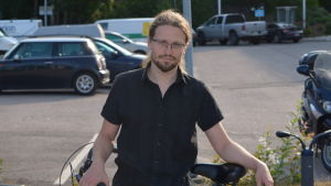 Otso Kivekäs cyklade till radiohuset i Böle
