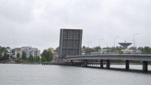 Drumsö bro öppnades på grund av servicearbeten.
