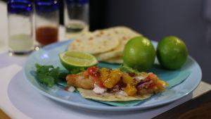 Taco med friterad vit fisk och salsa