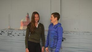 Josefin Flemmich abiturient och Maria Ekman-Ekebom rektor i Kyrkslätts gymnasium.