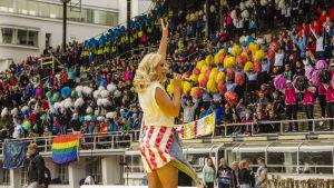 Krista uppträder på Stafettkarnevalen.