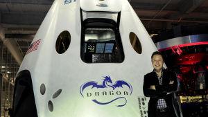 Elon Musk framför Dragon 2 som ska kunna ta människor till rymden och tillbaka
