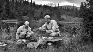 Keittiömestarit Veijo Vanamo ja Jaakko Kolmonen Lapissa ja nuotiolla. (1970)