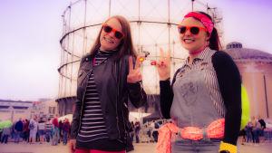Färglada solglasögon på We love the 90s