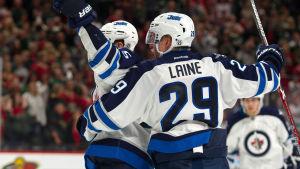 Winnipeg Jets-spelarna Mark Scheifele och Patrik Laine firar ett mål.