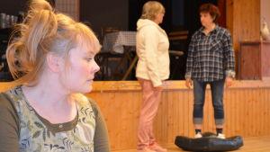 Scen ur pjäsen Fyrvaktarens flickor