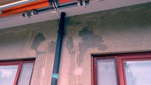 Vattnet har trängt in i Barnkliniken via till exempel balkongerna.