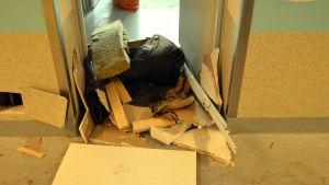 Skrot på golvet på en gammal bäddavdelning vid Barnkliniken.