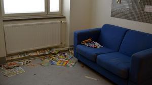 Serietidningar på golvet i en gammal bäddavdelning på Barnkliniken.