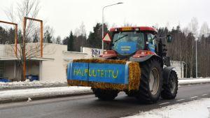 Traktor som deltar i traktormarschen i Söderkulla.