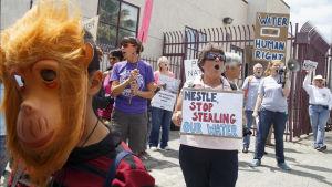 folk demonstrerar mot nestle