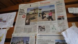 Tidningsurklipp på väggen inne i sommarstuga, som aktiviser tagit över, på Hanhikivi