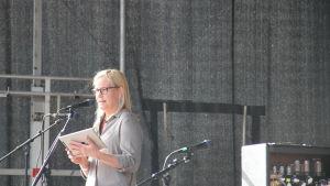 Eva Biaudet på demonstration mot rasism.