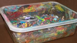 pieniä värikyniä suttuisessa laatikossa