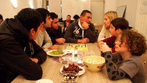 Freedomus-järjestön vapaaehtoiset valmistavat ruokaa yhdessä pakolaisten kanssa Bersiilissä.