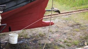 Rödmålat båtbotten i aktern.