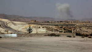 Syriska regeringstrupper lämnar Palmyra efter att IS angripit staden.
