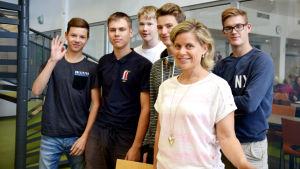 Mentorn Ann-Charlotte Åkerholm med ett gäng elever från Winellska skolan i Kyrkslätt.