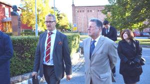 Juha Häkkinen från Österbottens handelskammare och USA:s ambassadör Charles C. Adams Jr.
