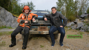 Skogsarbetare Mikael Örn och Skogsvårdsföreningen Österbottens verksamhetsledare Jan Slotte.
