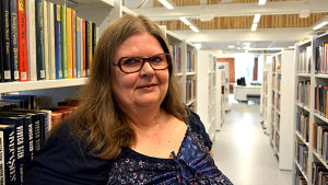 Bibliotekschef Carola Bäckström i det nyrenoverade Korsnäs bibliotek.