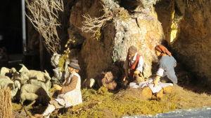 Yksityiskohta jouluseimestä Borgo Marinaro eli Kalastajakylä: rannalla pyhä kalastajaperhe ja paimen lampaineen.