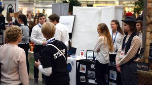 Unga företagare på rad på mässa i Rewell Center i Vasa