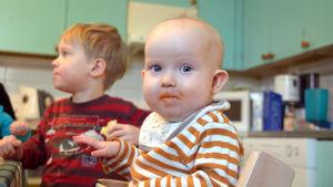 Baby som äter på församlingens klubb