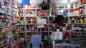 Hudblekning är vanligt i Tanzania.