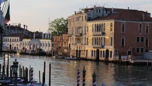 Palats vid Canal Grande i Venedig