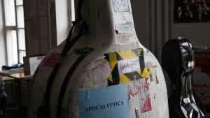 Ett instrumentfodral - för en cello.