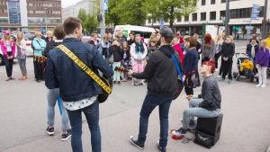 UP-fanit kokoontuivat kuuntelemaan Vihreitä Valoja Tampereen rautatieaseman edustalle.