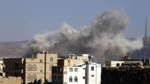 Flygangrepp mot en huthikontrollerad militärakademi i Sanaa.