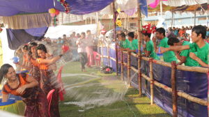 Bangladesh, pojat ruiskivat tyttöjä vesisuihkulla