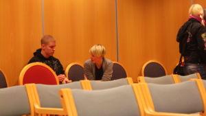 Leif Andersson och Sandra Nyberg diskuterar efter den hätska flyktingdebatten i Pargas.