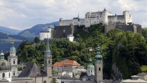 Salzburgin linna ja keskustaa.