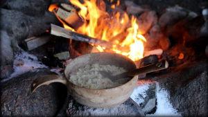 Nuotiolla valmistettu ruoka jäähtymässä.