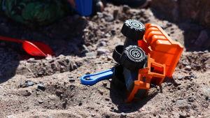 Leksaker i sand.