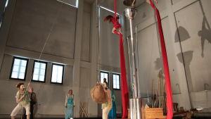 Ark of Seeds -performanssissa säiliö avataan ja sen sisällä olevat luomusiemenet jaetaan performanssin katsojille