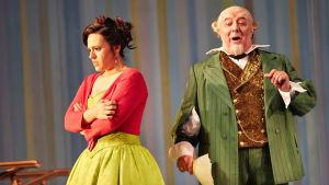 Sevillan parturi (Royal Opera House). Daniela Mack (Rosina) ja José Fardilha (Tohtori Bartolo)