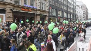 Peli poikki-demonstranter på Alexandersgatan i Helsingfors.