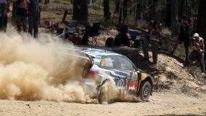 Andreas Mikkelsen kör på grusvägarna i Australien så att dammet yr.