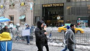 Folk promenerar förbi Trump Tower på Femte Avenyn i New York.