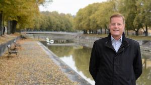 Fastighetsförmedlaren Anders Winter i ett höstigt Åbo invid Aura å.