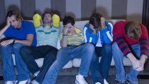 Fem män med kroppsspråk som tyder på skamkänslor