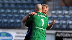 Magnus Bahne och Mathias Lindström kramar om varandra, FC Inter, 2014.